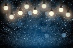 Błękitnego ładnego glansowanego błyskotliwość świateł żarówek defocused bokeh abstrakcjonistyczny tło z iskrami lata, festal mock obraz stock