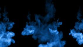 Błękitnego atramentu strużka rozpuszcza w wodzie w zwolnionym tempie odizolowywającym na czarnym tle zawierać luma matte dla use  zdjęcie wideo