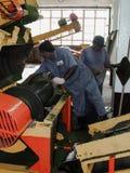 Błękitnego kołnierza pracownik w herbacianej fabryce Fotografia Stock