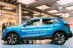 Błękitnego koloru ścisły skrzyżowanie SUV Samochodowy Nissan Qashqai W Hall centrum handlowe Zdjęcie Stock