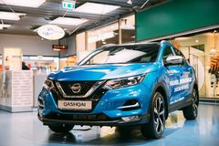 Błękitnego koloru ścisły skrzyżowanie SUV Samochodowy Nissan Qashqai W Hall centrum handlowe Zdjęcia Royalty Free