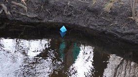 Błękitnego papieru łódź barwiony papier unosi się wzdłuż brzeg rzeki zbiory wideo