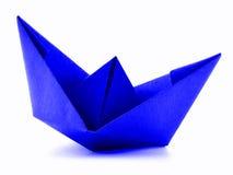 Błękitnego papieru marynarki wojennej origami żagla łódź na białym tle Zdjęcia Royalty Free