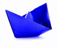 Błękitnego papieru marynarki wojennej origami żagla łódź odizolowywająca na białym tle Fotografia Royalty Free