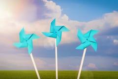 Błękitnego papieru vindmill, niebo, zieleni pole Pojęcie wiatrowa energia, zielona energia, ekologia zdjęcia royalty free