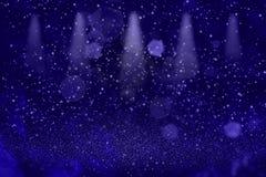 Błękitnego pięknego jaskrawego błyskotliwość świateł sceny światło reflektorów defocused bokeh abstrakcjonistyczny tło z iskrami  royalty ilustracja