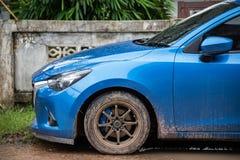 Błękitnego samochodu Brudny samochód na drodze gruntowej po deszczu zdjęcia stock