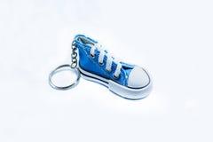 Błękitnego sneeaker kluczowy łańcuch odizolowywający na białym tle Obraz Royalty Free