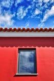 błękitnej czerwieni dachu niebo Obraz Stock