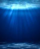 Błękitnej głębokiej wody pionowo abstrakcjonistyczny naturalny tło Obrazy Royalty Free