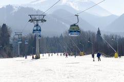 Błękitnej gondoli kabinowi dźwignięcia przy ośrodka narciarskiego transportu ludźmi od miasteczka narciarscy skłony obrazy stock