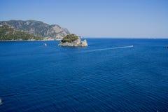Błękitnej natury statku łódkowaty halny morze Obrazy Stock