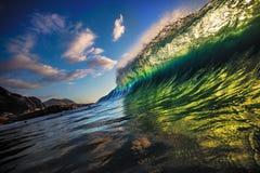 Błękitnej oceanu shorebreak fala boczny widok Zdjęcie Stock