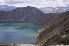 Błękitnej zieleni jezioro w Quilotoa wulkanie Obrazy Stock
