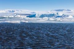 Błękitnej zimy jeziorny stapianie od Jakulsarlon lodowa Obraz Royalty Free