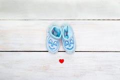 Błękitni łupy dla chłopiec na białym drewnianym tle Widok od fotografia stock