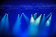 Błękitni światła reflektorów na scenie Obraz Royalty Free