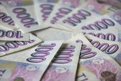 Błękitni banknoty w wartości tysiąc Czeskich koron tworzy kształt okrąg Obrazy Stock
