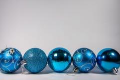Błękitni boże narodzenie ornamenty na tle Fotografia Stock