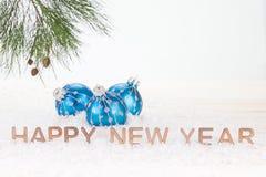 Błękitni Bożenarodzeniowi baubles i Szczęśliwi nowy rok życzenia Fotografia Royalty Free