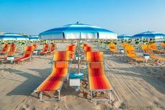 Błękitni bryczka hole na plaży Rimini w Ital i parasole Zdjęcie Stock