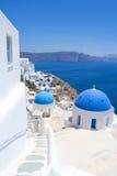 Błękitni dachy kościół na Santorini wyspie, Grecja Zdjęcie Stock