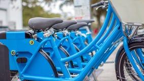 Błękitni do wynajęcia bicykle w mieście zdjęcie royalty free
