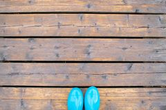 Błękitni gumowi buty na drewnianych desek kopii przestrzeni zdjęcia stock