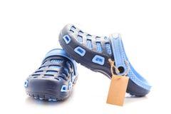 Błękitni gumowi sandałów buty z małą brown etykietką, metka, sprzedaż Zdjęcie Stock