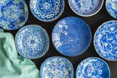 Błękitni i biali dekoracyjni japończyków talerze na czarnym tle - fotografia royalty free