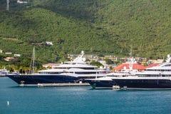 Błękitni i Biali jachty przy St Thomas Zdjęcia Stock