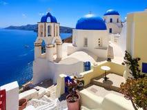 Błękitni kopuła kościół Oia Santorini Obrazy Stock