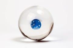 Błękitni kostka do gry przez kryształowej kuli Fotografia Stock