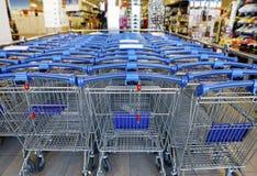 Błękitni kruszcowi wózek na zakupy w supermarkecie, DOF Obraz Royalty Free