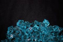 Błękitni kryształy na czarnym tle obrazy stock