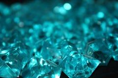 Błękitni kryształy na czarnym tle zdjęcia stock