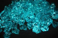 Błękitni kryształy na czarnym tle zdjęcie royalty free