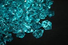 Błękitni kryształy na czarnym tle zdjęcia royalty free