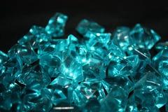 Błękitni kryształy na czarnym tle obraz royalty free