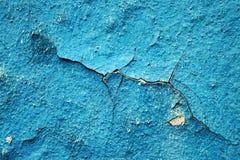 Błękitni obieranie narysy na ścianie dom i farba, zamykamy up Zdjęcie Royalty Free