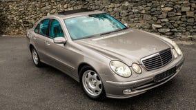 Błękitni odosobneni elektryczni okno, otwarty sunroof, prawa strona widok, niemiecki luksusowy samochód w złocisty kruszcowym ali Zdjęcie Royalty Free