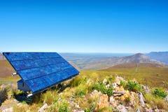 Błękitni ogniwa słoneczne przeciw wspaniałemu góra krajobrazowi Zdjęcia Royalty Free