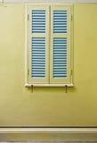 Błękitni okno na kolor żółty ścianie. Fotografia Royalty Free