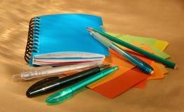 Błękitni pióra i notatnik Obraz Stock