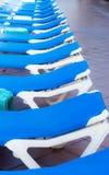 Błękitni pokładów krzesła układali wokoło basenu przed lub po en Zdjęcie Royalty Free