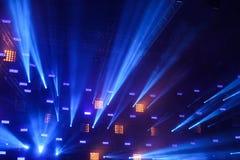 Błękitni promienie światło od reflektorów podczas rockowego koncerta na scenie zdjęcie royalty free