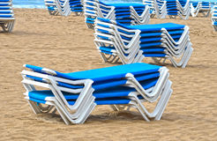 Błękitni słońc loungers brogujący na plaży Fotografia Royalty Free