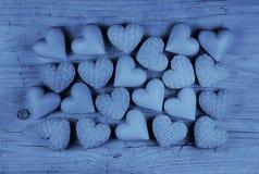 Błękitni serca na starym drewnianym tle: kartka z pozdrowieniami dla fathe Zdjęcia Royalty Free