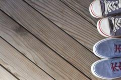 Błękitni sneakers na drewnianym tle z kopii przestrzenią Odgórny widok Obrazy Stock