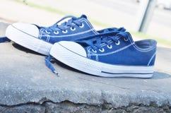 Błękitni sneakers plenerowi pod sunrays obraz stock